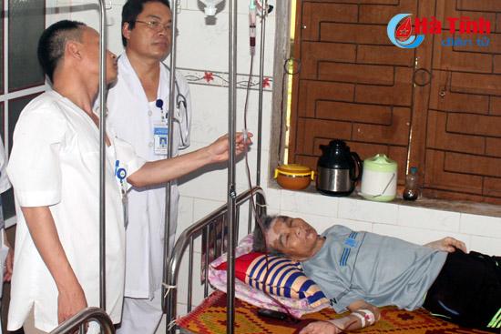 Nhân viên y tế cùng hiến máu cứu cụ ông 79 tuổi